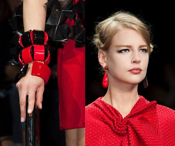 Vestito bianco e nero accessori rossi