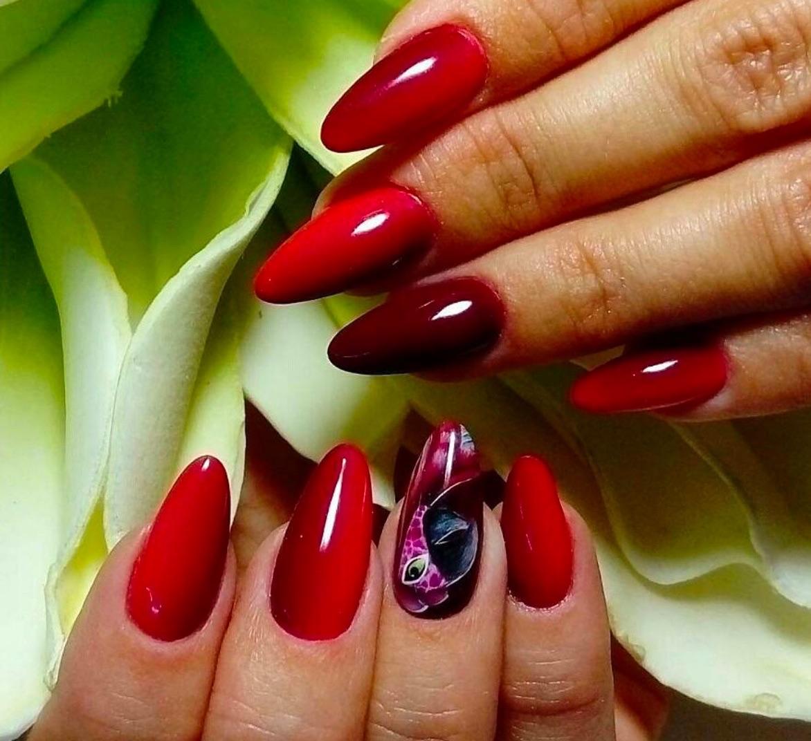 nail art rossa bordeaux unghie a mandorla