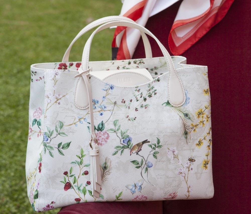 7fc8325a0a Scopri con noi le nuove borse Alviero Martini primavera estate 2018. Ecco  la collezione Flower Garden, con tutte le foto e i prezzi di tracolle, ...
