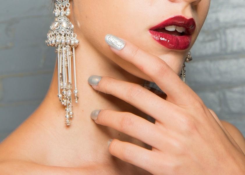 naeem-khan-unghie a mandorla nail art argento 2018