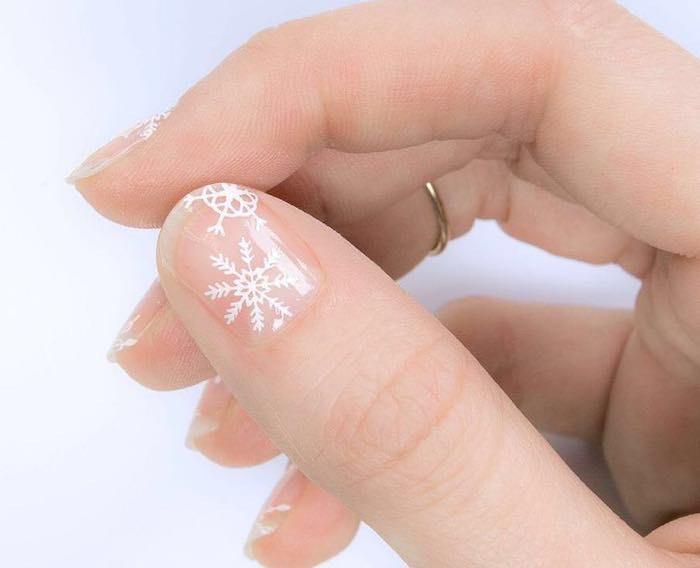 unghie natalizie corte nude decorazioni bianche