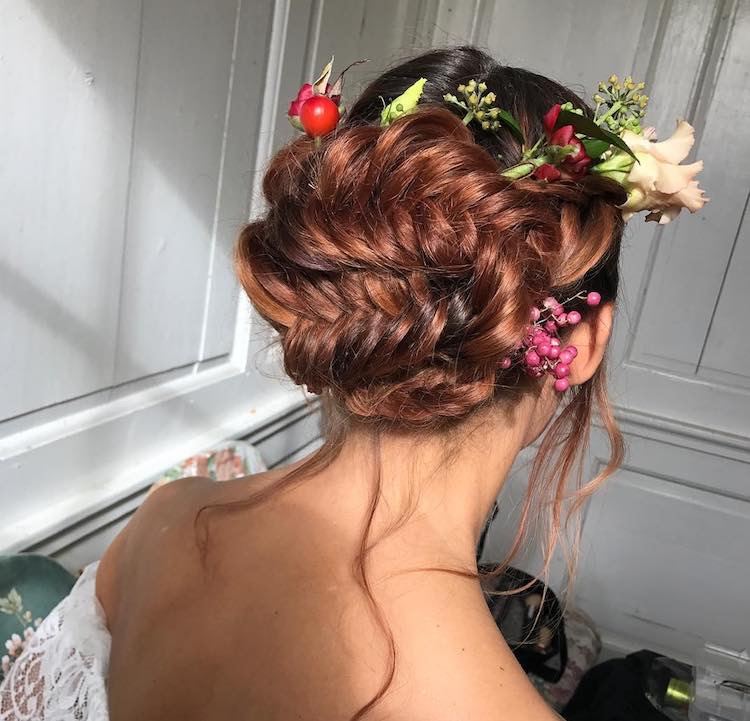 acconciatura sposa 2018 treccia raccolta fiori