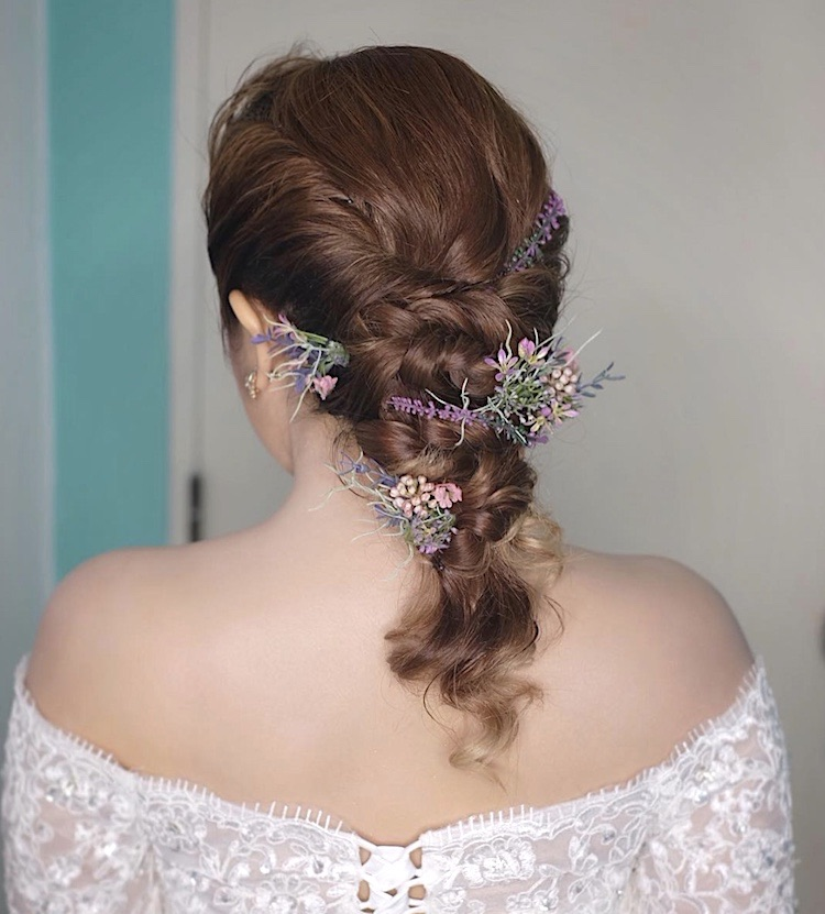 capelli sposa 2018 intrecciati con fiori