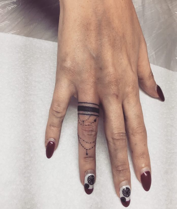 ring tatto nero su anulare-donna