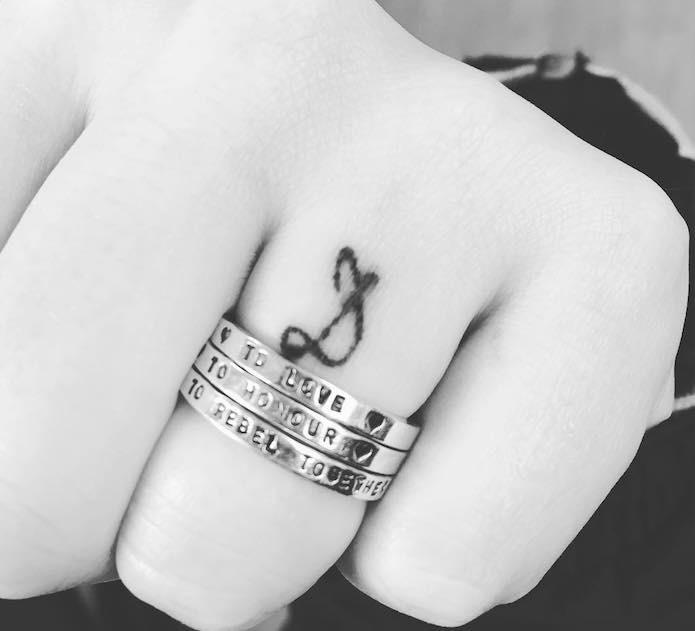 tatuaggio piccolo iniziali anulare