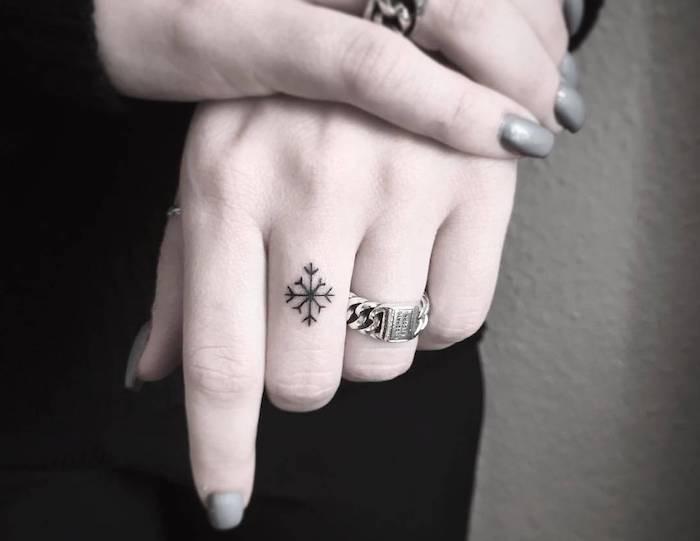 tatuaggio piccolo nero su un dito